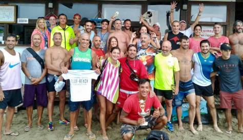 Abajo, Diego Kloster con la copa que coronó al primer ganador del Biatlón de Mar Azul.jpg