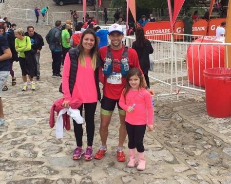 Cristian Vezozi y su familia, tras cumplir con los dificiles 55k en las sierras cordobesas.jpg