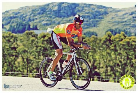 Darío Sosa a bordo de su bici en el Hombre de Piedra de Tandil.jpg