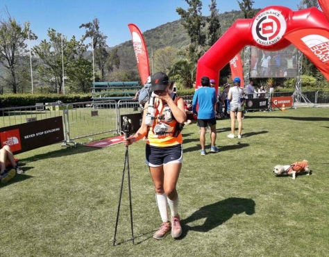La geselina Elba Aguirre cruzando la meta en la durísima prueba de montaña en Chile.jpg